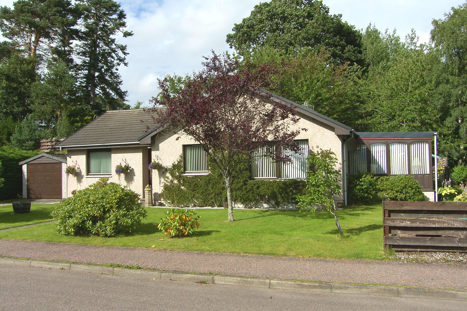 3 Bedrooms Bungalow for sale in St. Columba Road, Newtonmore, PH20 1EF